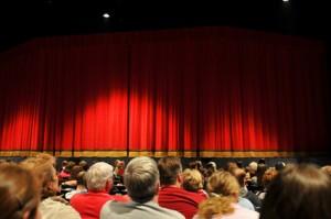 Ein Kinobesuch kann durch das gemeinsame Erleben des Films ein Team stärken
